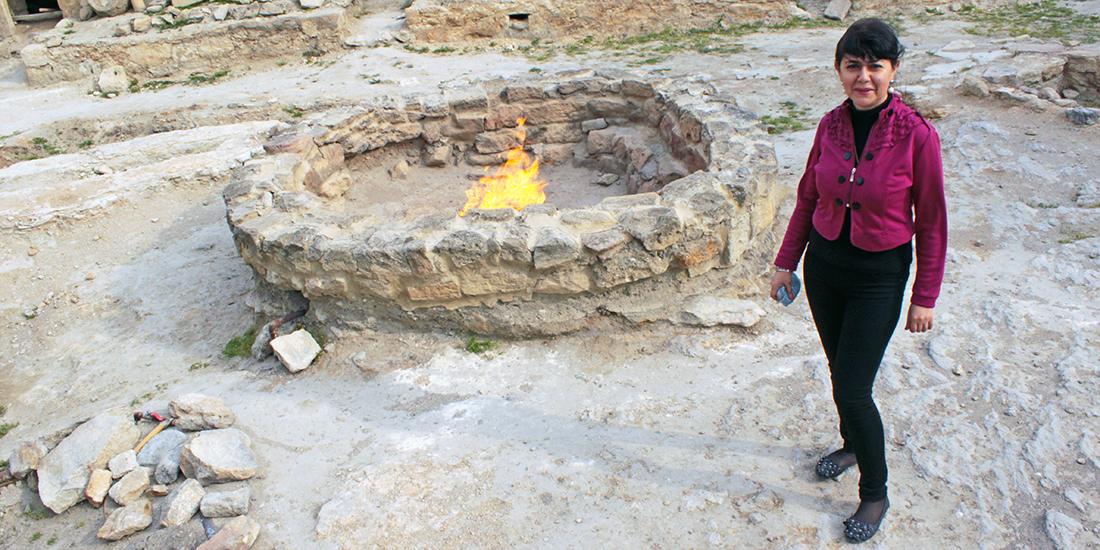 Guiden vid den gamla Ateshgah-helgedomen utanför Baku, Azerbajdzjan.